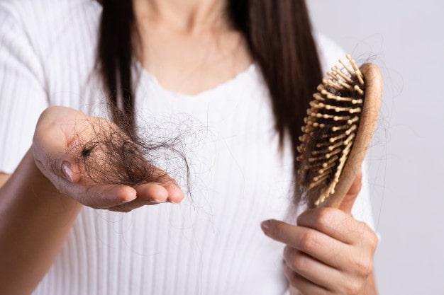 điều gì gây tóc rụng