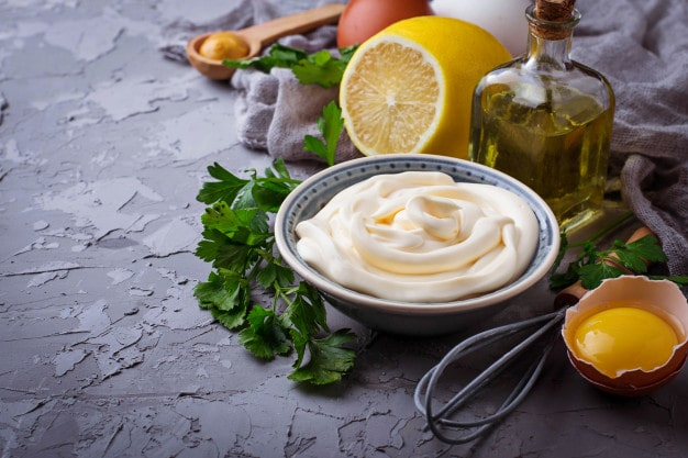 mayonnaise và trứng trị tóc khô